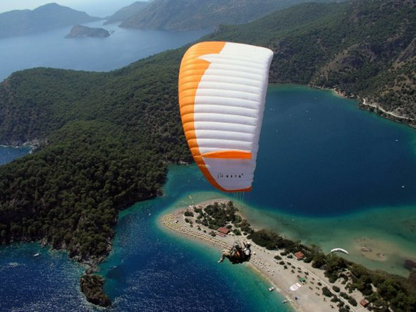 corfu-hotel-paragliding-on-the-sea